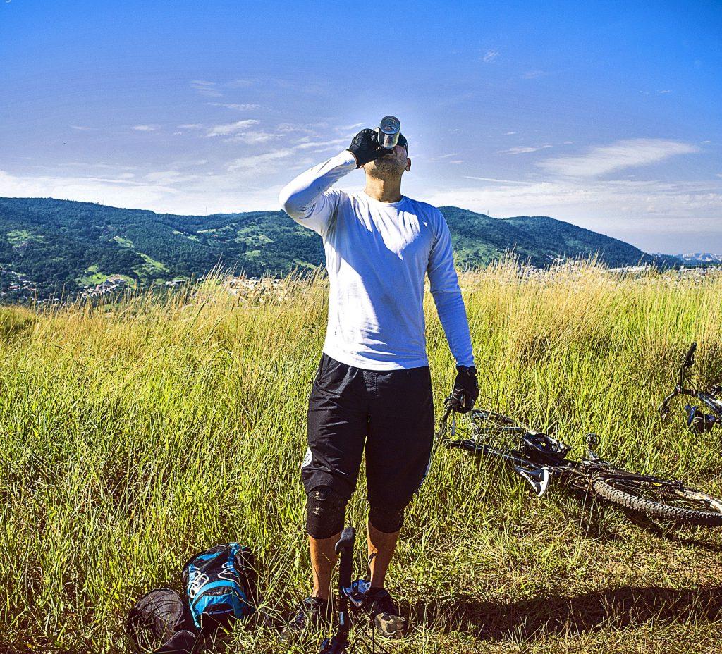 deportista tomando kéfir en el monte